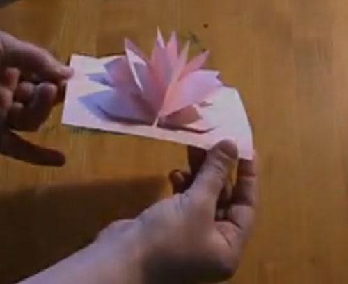 Video para hacer una tarjeta con forma de flor | Manualidades faciles